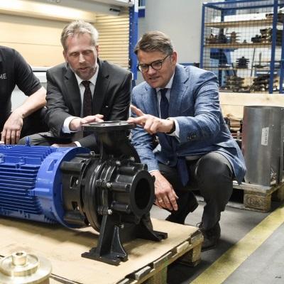 Wolfram Kuhn, Geschäftsführer der Herborner Pumpenfabrik, und Wissenschaftsminister Boris Rhein © wissenschaft.hessen.de